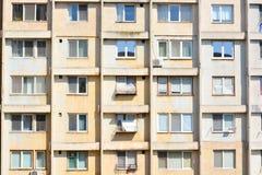 Degraderade lägenheter i tornbyggnad Royaltyfri Foto