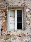 Degraderat och förstört fönster av övergiven byggnad Arkivbild