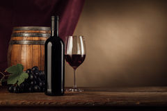 Degustação de vinhos na adega com vidro Foto de Stock