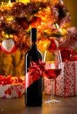 Degustación de vinos con el árbol de navidad Imagen de archivo libre de regalías