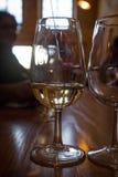 Degustación de vinos en el sótano del productor famoso en Santorini, con el PE Foto de archivo