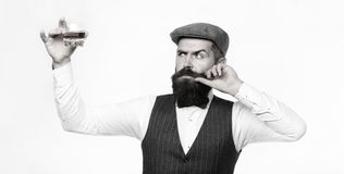 Degustator 有胡子的人拿着杯白兰地酒 品尝和degustation概念 在典雅的衣服的有胡子的商人 免版税库存图片