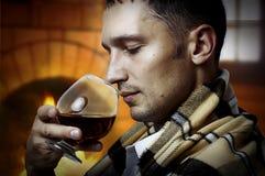 Degustatore. Uomo con vetro di brandy o del cognac Immagini Stock Libere da Diritti