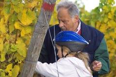 Degustazione dell'uva con il nonno Fotografia Stock