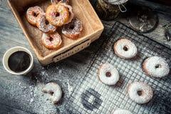 Degustazione di recente delle guarnizioni di gomma piuma al forno con caffè Fotografia Stock