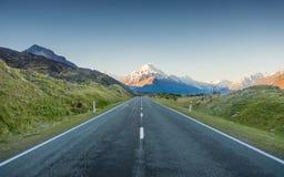 Dehnt Straße zum Berg aus Stockfoto