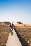 Dehors image de mode de vie d'homme de déplacement avec le chien mignon Concept de tourisme Photographie stock libre de droits