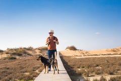 Dehors image de mode de vie d'homme de déplacement avec le chien mignon Concept de tourisme Photos stock