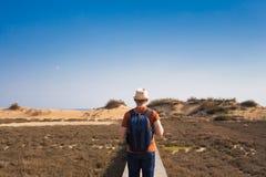 Dehors image de mode de vie de vue arrière de déplacement d'homme Concept de tourisme Photographie stock libre de droits