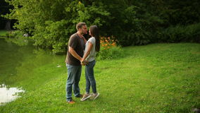 Dehors le portrait des beaux couples embrassant à la ville se garent Femme et homme dans l'amour dehors clips vidéos