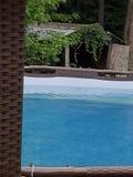 Dehors par la piscine photo libre de droits