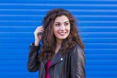 Dehors portrait d'une belle jeune femme au-dessus de backgroun bleu Photo stock