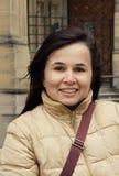 Dehors portrait de belle brune de jeune femme avec le charmin photos libres de droits