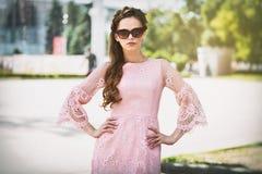 Dehors portrait de jeune belle femme dans la robe à la mode Photo stock
