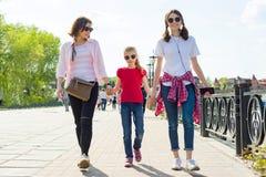 Dehors portrait de mère et de deux filles Photo stock