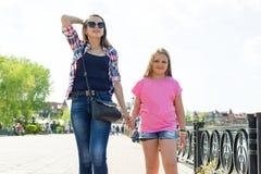 Dehors portrait de mère et de fille Image stock