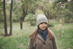 Dehors portrait de mode de mode de vie de jolie jeune femme marchant sur le parc d'automne Tenir des feuilles d'érable Autumn Col Images stock