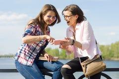 Dehors portrait des amis féminins Photo stock