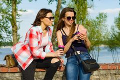 Dehors portrait des amis féminins buvant du café et ayant l'amusement Photos libres de droits