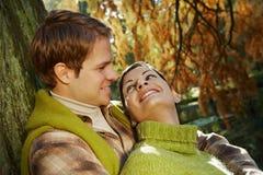 Dehors portrait des couples dans l'amour Images libres de droits