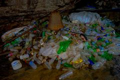 DEHRADUN, INDIA - NOVEMBER 07, 2015: Sluit omhoog van huisvuil met plastic flessen, manden, zakken in Tapkeshwar Mahadev Royalty-vrije Stock Fotografie