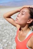 Dehydratisierungsdurst-Konzeptfrau in Death Valley lizenzfreie stockfotos