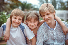 Dei bambini che giocano nel parco Immagini Stock Libere da Diritti