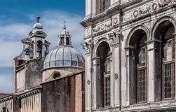 Dei Camerlenghi di Palazzo e campanile di San Giacomo di Rialto Fotografie Stock