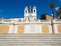 Dei Monti Trinity du ` d'étapes et de Trinita d'Espagnol de l'église de montagnes en Piazza di Spagna Image libre de droits