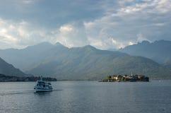 Dei Pescatori de Isola e balsa no lago Maggiore, golfo de Borromean, fotografia de stock