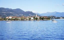 Dei Pescatori de Lago Maggiore y de Isola visto de la orilla de la ciudad de Stresa Lago Maggiore, Italia, Europa, extremo octubr Fotos de archivo