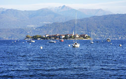 Dei Pescatori de Lago Maggiore y de Isola visto de la orilla de la ciudad de Stresa Lago Maggiore, Italia, Europa, extremo octubr Imagenes de archivo