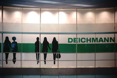 Deichmann i Berlin East Station Royaltyfri Bild