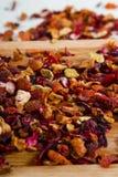 Deicious koffein-fri avkok av torkat - frukt, acaien och gojien är arkivbilder