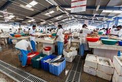 Deira,迪拜,阿拉伯联合酋长国5月17,2014 -渔夫卖鲜鱼在 免版税库存照片