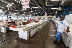 Deira,迪拜,阿拉伯联合酋长国5月17,2014 -渔夫卖鲜鱼在 库存照片