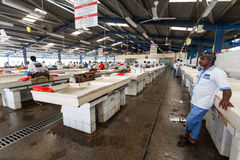 Deira Dubai, UAE Maj 17,2014 - fiskare säljer den nya fisken på Arkivfoto