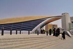 Deira-Metrostationsfrauen im abaya Stockfotos