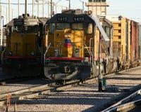 Deisel Lokomotiven und Autos Lizenzfreie Stockbilder