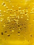 Deixando cair uma bebida da cerveja fria fotos de stock