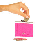 Deixando cair uma moeda em uma bolsa cor-de-rosa Imagens de Stock Royalty Free