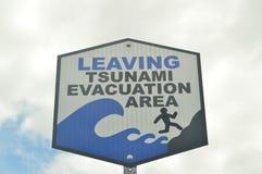 Deixando o sinal da área da evacuação do tsunami imagens de stock royalty free