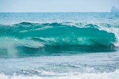Deixar de funcionar do tambor da onda e água clara Onda azul no oceano tropical fotografia de stock royalty free