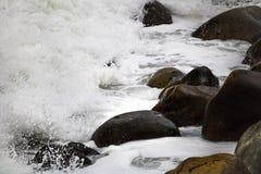 Deixar de funcionar de rolamento acena em seixos em uma praia em Clarence Drive, entre Kleinmond e baía de Gordons, cabo ocidenta foto de stock royalty free