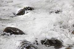 Deixar de funcionar de rolamento acena em seixos em uma praia em Clarence Drive, entre Kleinmond e baía de Gordons, cabo ocidenta imagem de stock royalty free