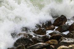 Deixar de funcionar de rolamento acena em seixos em uma praia em Clarence Drive, entre Kleinmond e baía de Gordons, cabo ocidenta imagens de stock royalty free