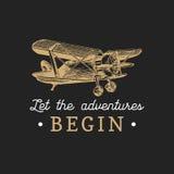 Deixe as aventuras começar citações inspiradores Logotipo retro do avião do vintage A mão do vetor esboçou a ilustração da aviaçã Fotografia de Stock