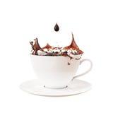 Deixe cair e espirre na xícara de café, isolada no fundo branco Imagem de Stock Royalty Free