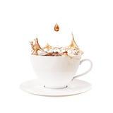 Deixe cair e espirre no copo do chá, isolado no fundo branco Imagem de Stock Royalty Free