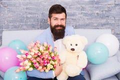 Deixe-nos arranjar um sorriso para você o dia das mulheres Cartão do amor Day o feriado das mulheres internacionais Homem farpado fotos de stock royalty free
